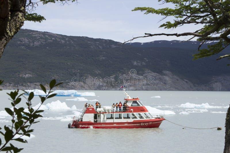 Barco del viaje del gris II en Grey Lake, Torres del Paine, Chile fotos de archivo libres de regalías