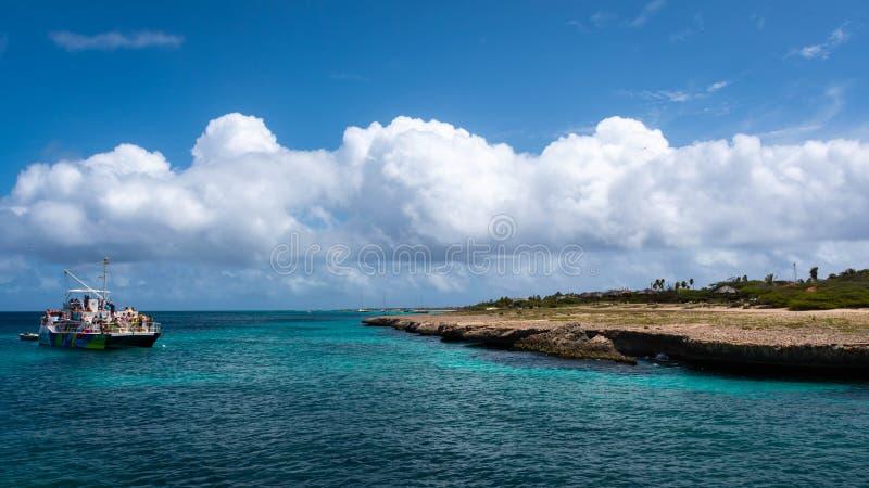 Barco del viaje que bucea cerca de Palm Beach en el destino del turista de la costa oeste del ` s de Aruba imagen de archivo libre de regalías