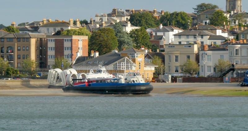 Barco do aerodeslizador que chega em Ryde, ilha do Wight fotos de stock royalty free