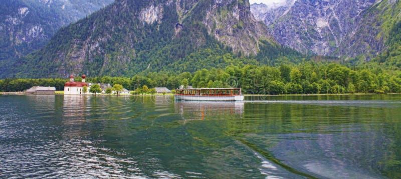 Barco do andtravel da igreja de St Bartholomew em Baviera, Alemanha fotos de stock