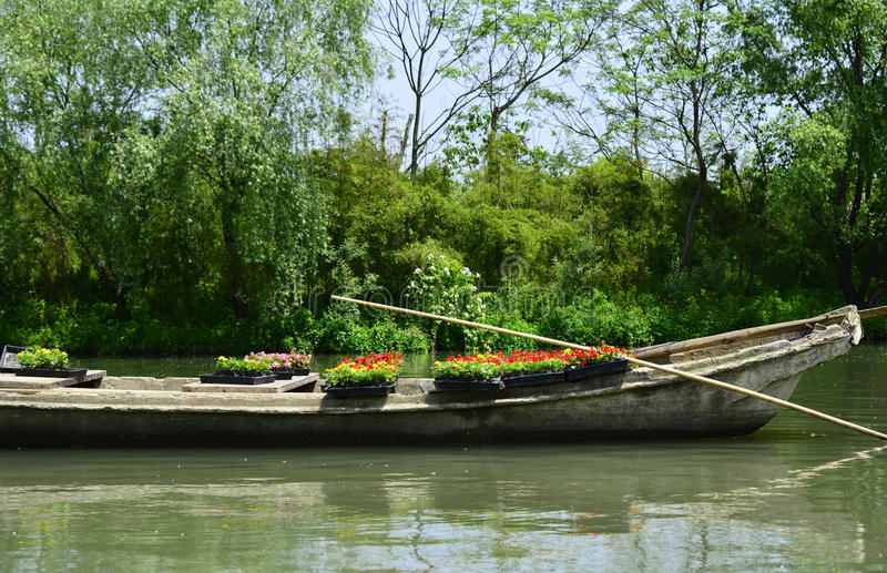 Barco do cimento pelo lago fotografia de stock