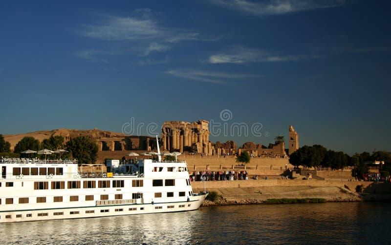 Barco do cruzeiro de Nile em Kom Ombo imagem de stock