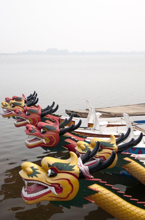 Download Barco do dragão imagem de stock. Imagem de curso, lago - 16851181