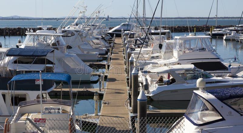 Barco do iate ou de motor amarrado no porto. Nelson Bay.  imagem de stock