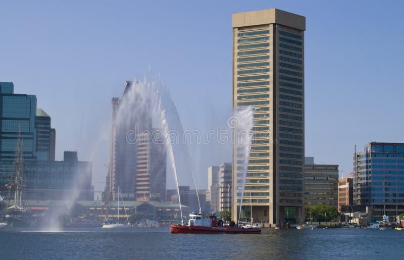 Barco do incêndio no porto imagens de stock royalty free