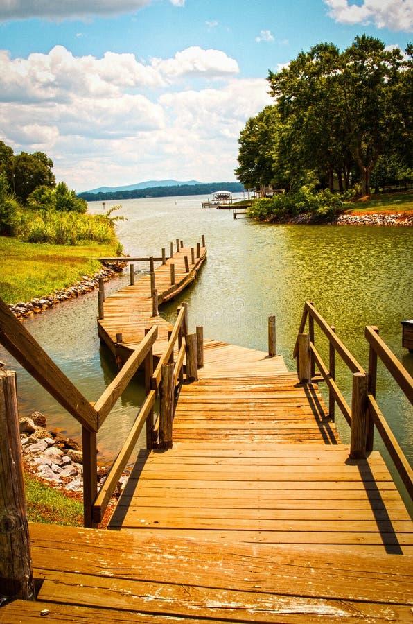 Barco do lago que abastece o ponto foto de stock royalty free