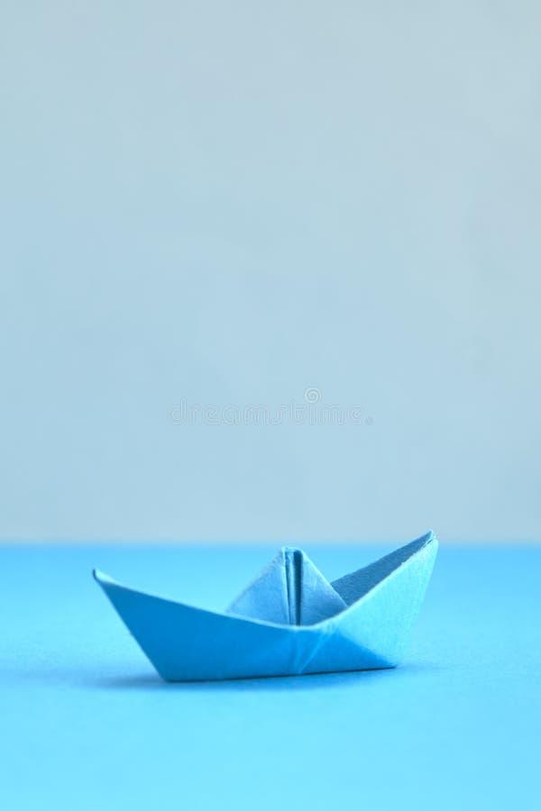 Barco do papel azul no fundo ciano imagens de stock