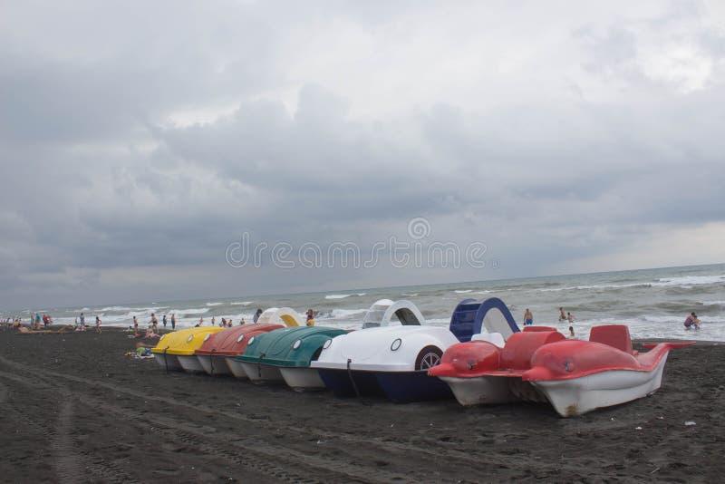 Barco do pedal em um Sandy Beach e para o aluguer no beira-mar imagem de stock