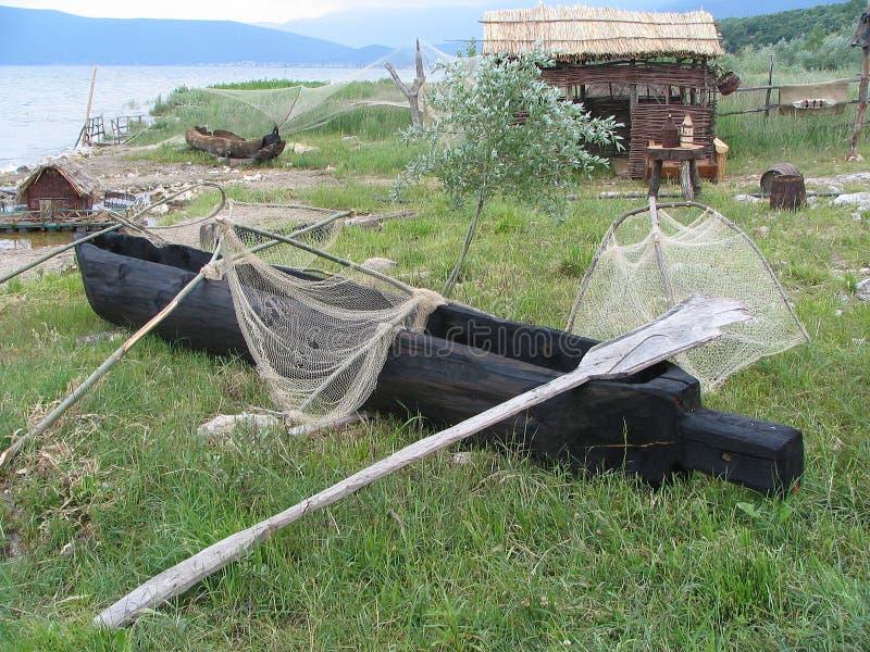 Barco do pescador e ferramentas antigos, lago Prespa, Macedônia imagens de stock
