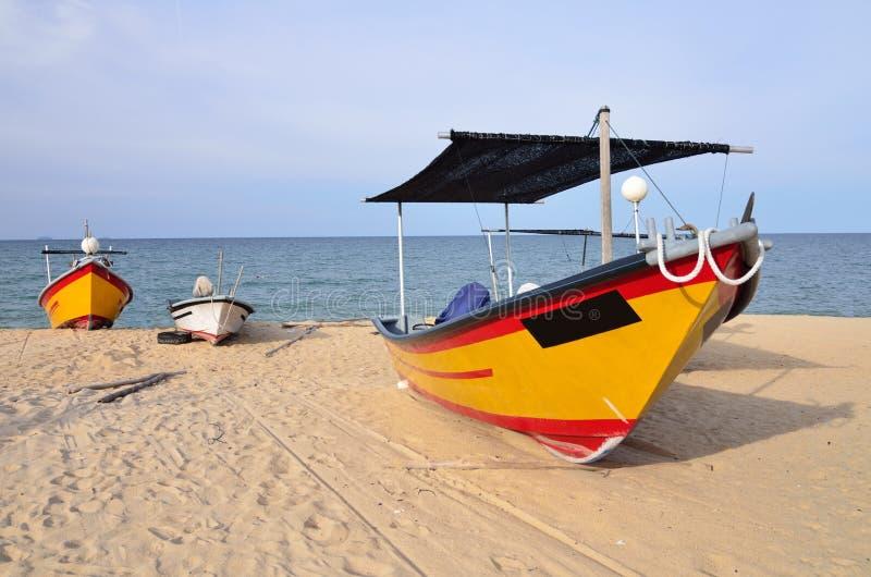 Barco do pescador na praia fotografia de stock