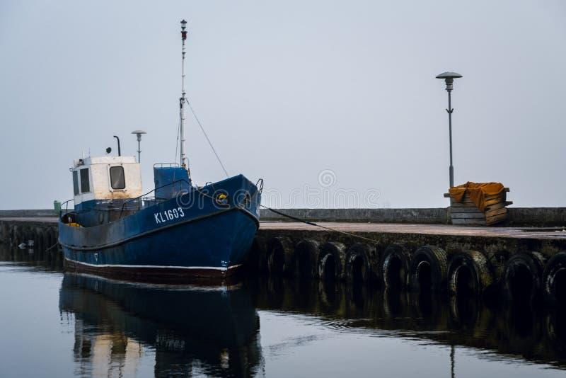 Barco do pescador no porto da cidade de Nida fotos de stock