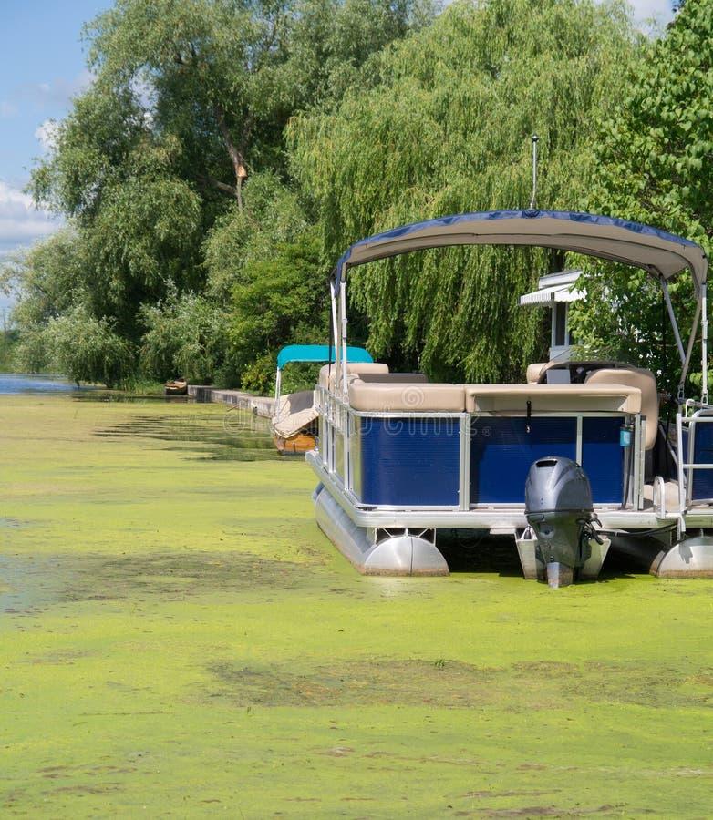 Barco do pontão em Algea foto de stock