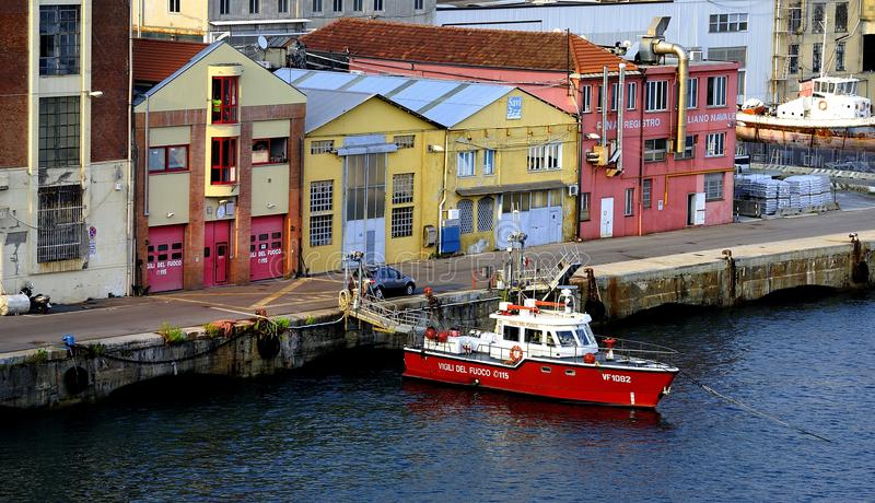 Barco do reboque no porto de Genoa foto de stock royalty free