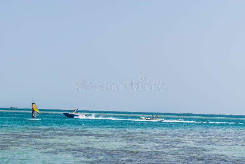 Barco do windsurfe e de banana no Mar Vermelho foto de stock