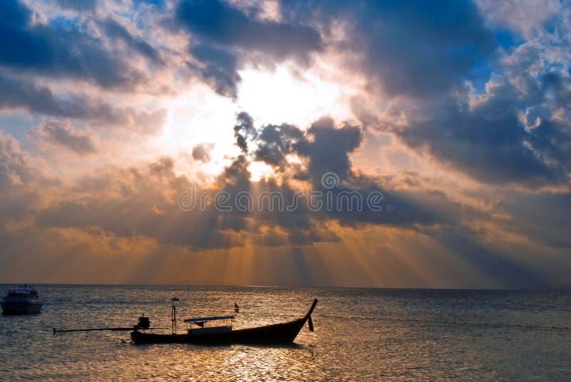 Download Barco Dos Peixes No Nascer Do Sol Foto de Stock - Imagem de céu, sumário: 16867340