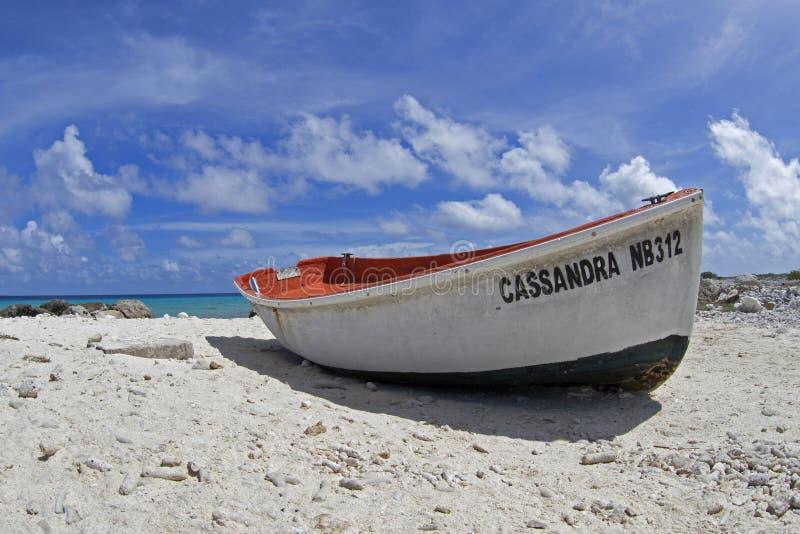 Barco dos pescadores em Bonaire imagens de stock
