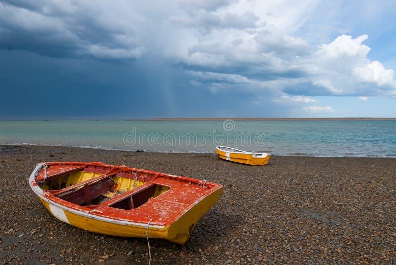 Barco dos pescadores na costa do Patagonia imagens de stock royalty free