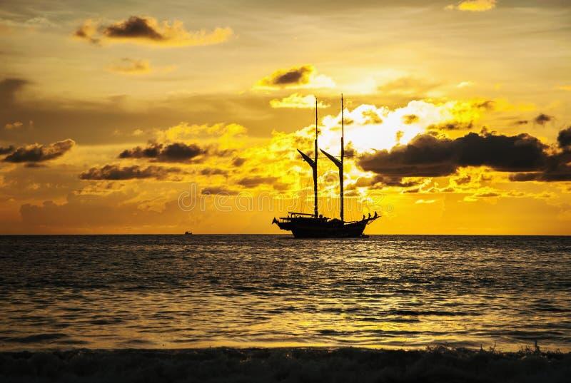 Barco dramático del mar y del transporte en el color de la puesta del sol fotos de archivo libres de regalías