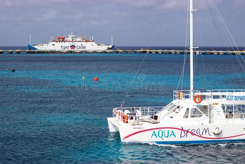 Barco e balsa de Cozumel ao Playa del Carmen, México fotografia de stock