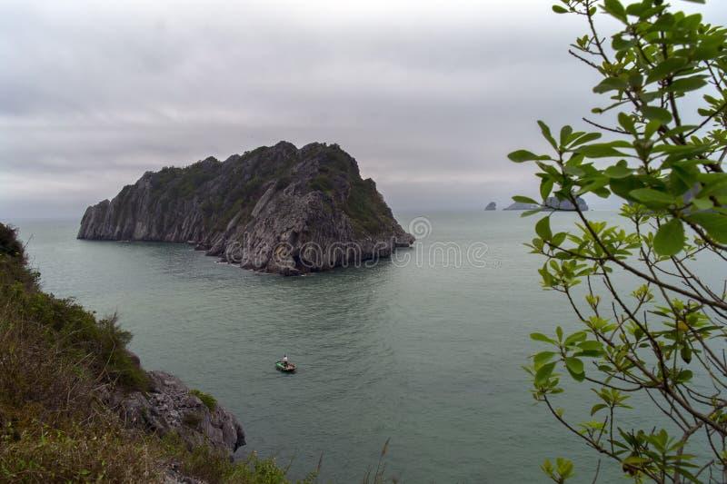 Download Barco e isla foto de archivo. Imagen de nave, tropical - 42433108
