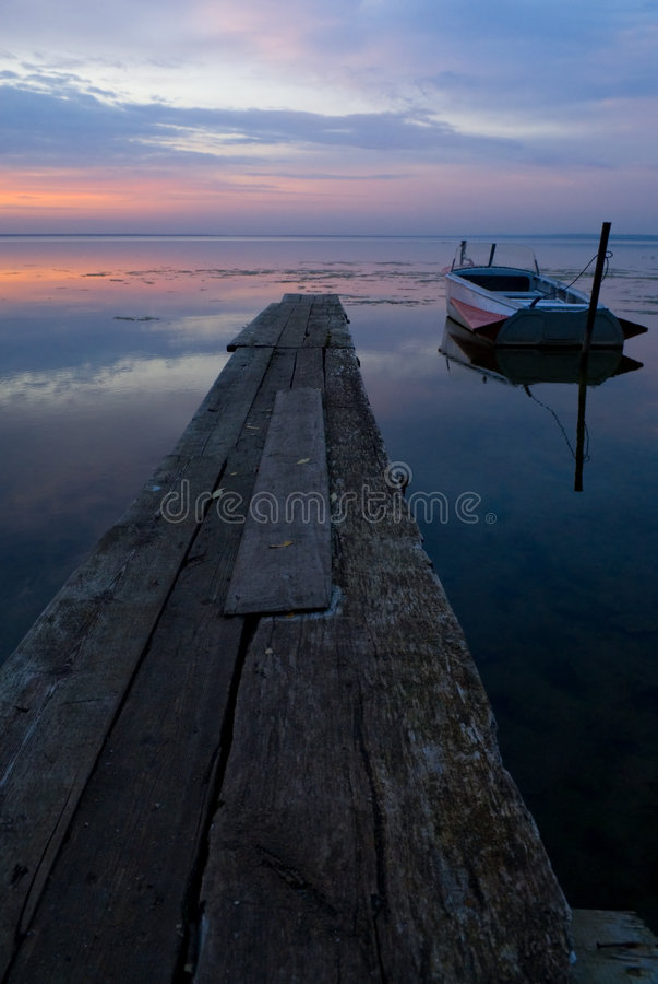 Barco e lago no crepúsculo foto de stock royalty free