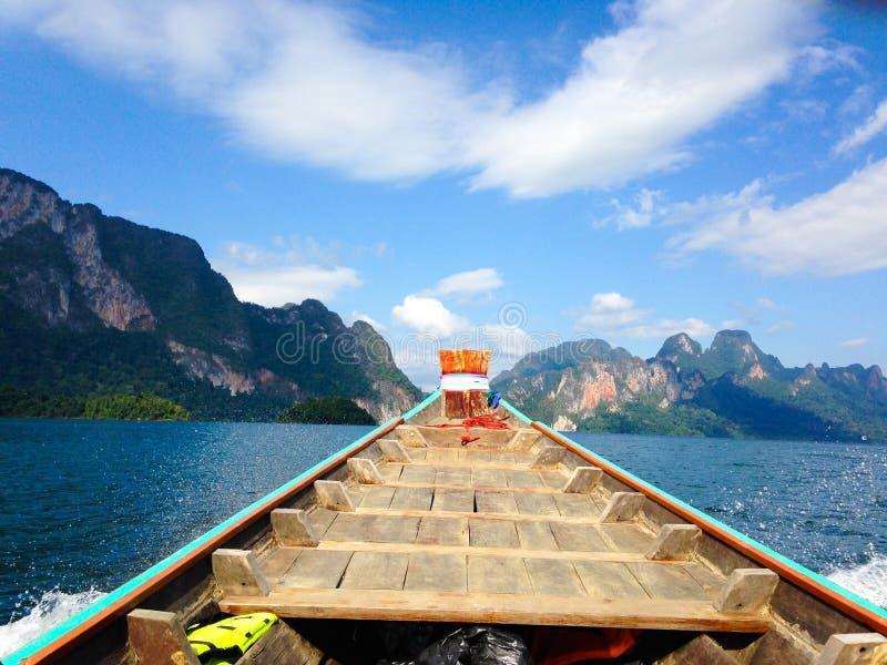 Barco e praia tropical, mar de Andaman fotos de stock royalty free