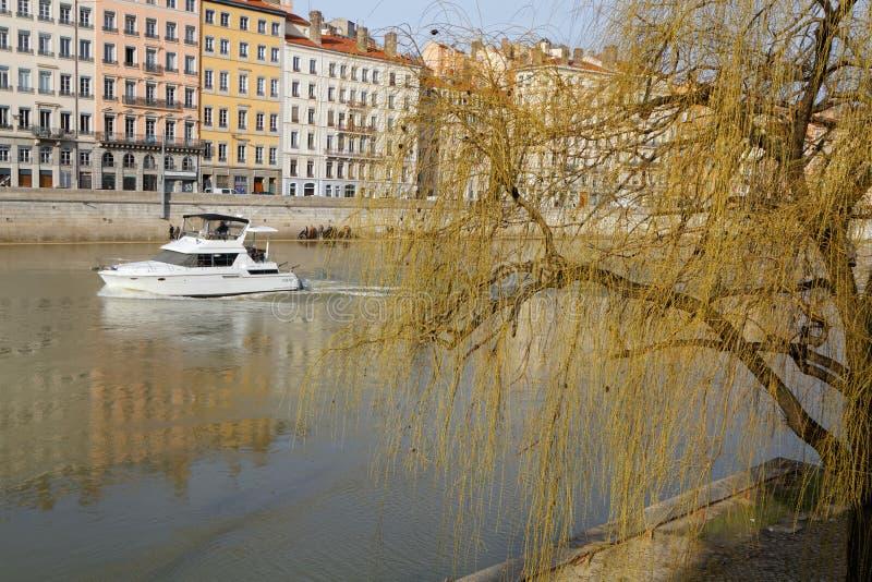 Barco e Quai São Vicente em Lyon imagens de stock royalty free