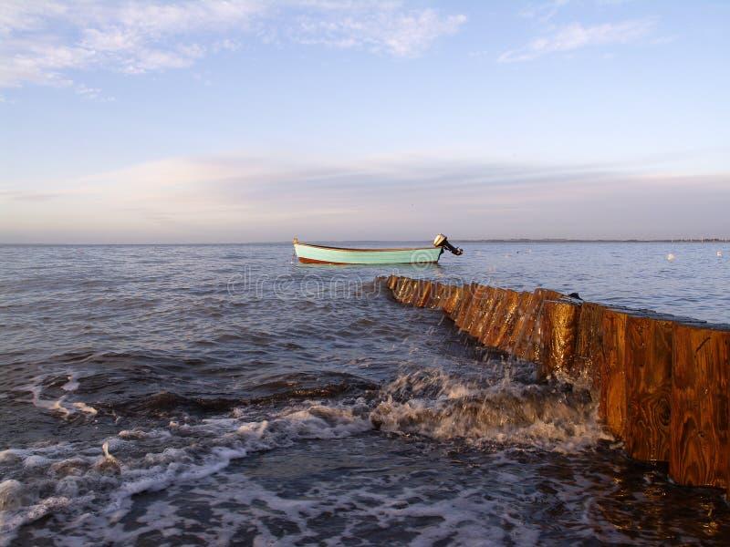 Barco e quebra-mar imagens de stock