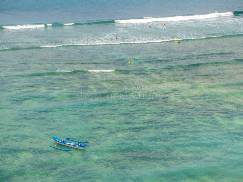 Barco e surfistas nas ondas imagens de stock
