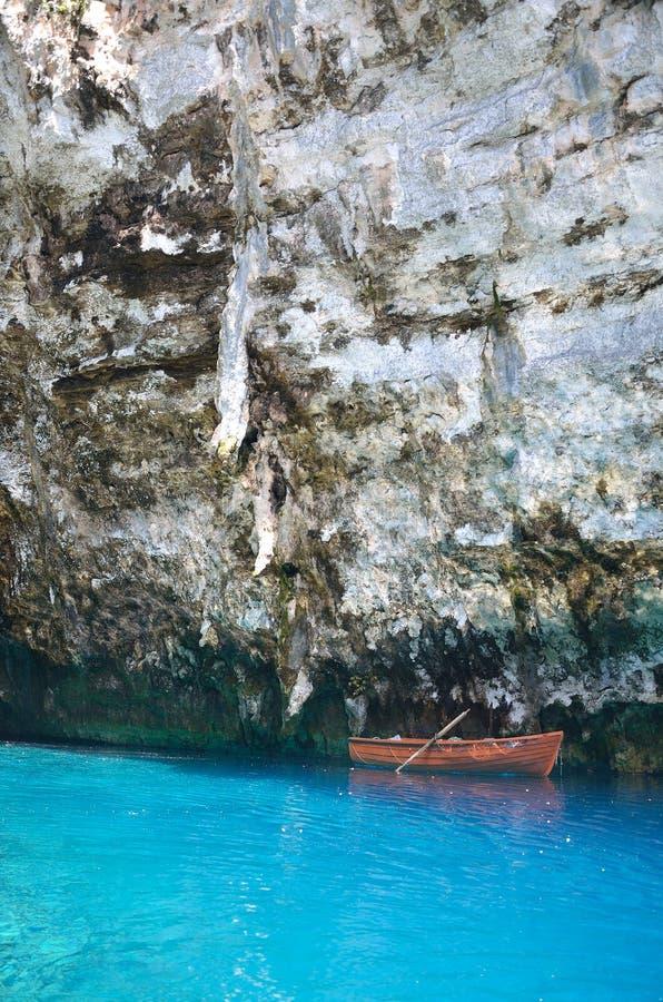 Barco em águas azuis de turquesa da caverna de Melissani imagens de stock royalty free