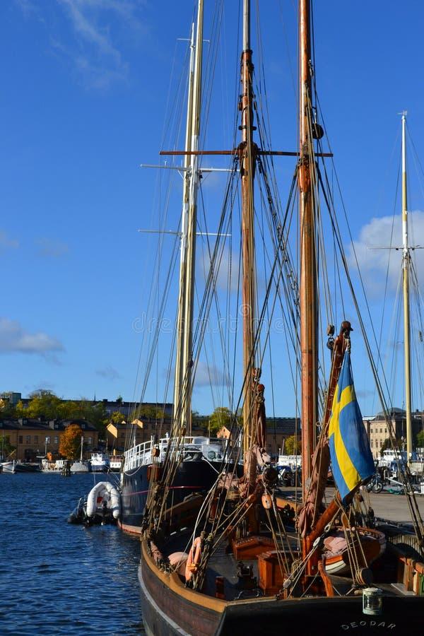 Barco em Éstocolmo, água, céu azul, bandeira sueco fotografia de stock