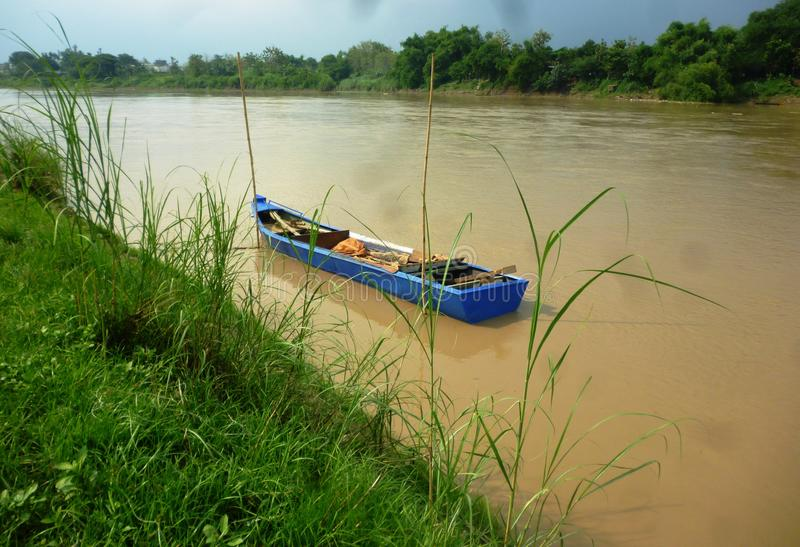 Barco em Bengawan Solo River fotografia de stock