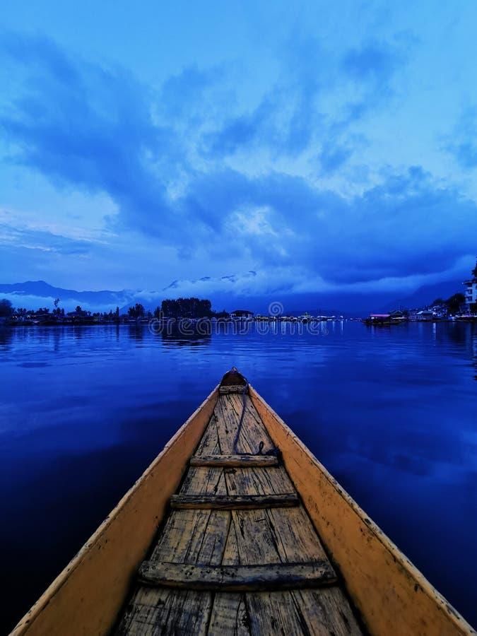 Barco em Dal Lake, Índia foto de stock