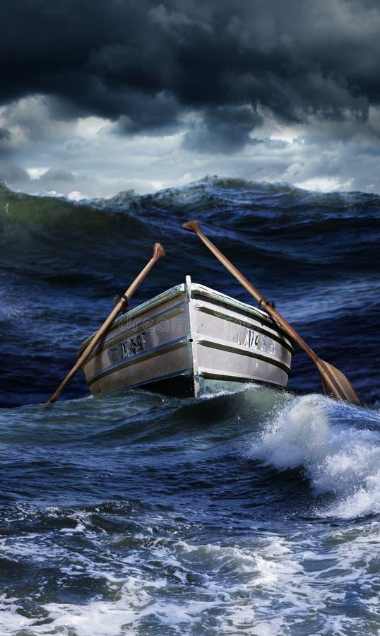 Barco em mares ásperos