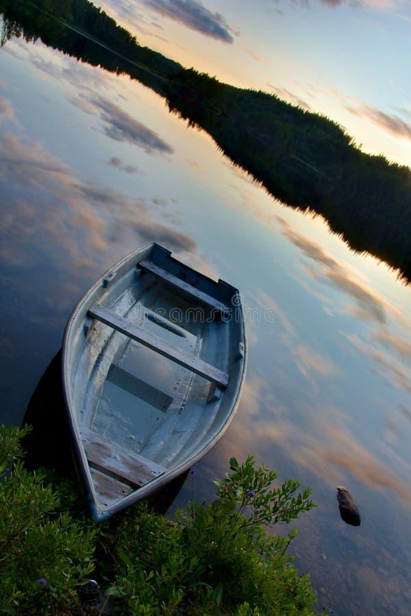 Barco em um lago foto de stock royalty free