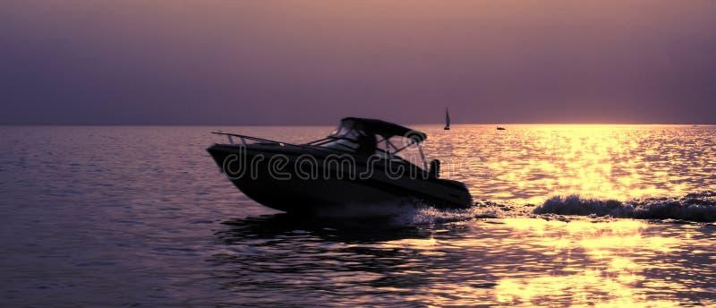 Barco em um por do sol fotografia de stock