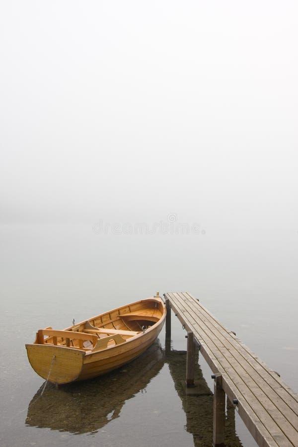 Barco em uma manhã enevoada imagens de stock royalty free