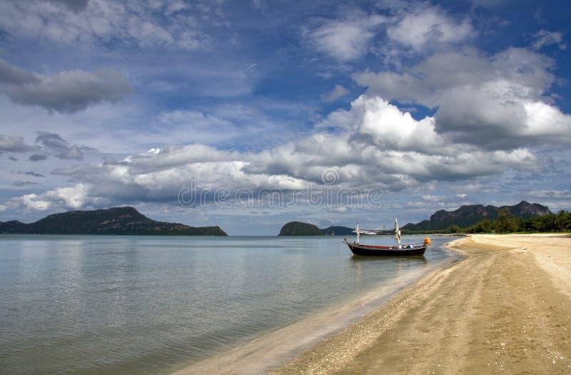 Barco em uma praia tropical fotografia de stock