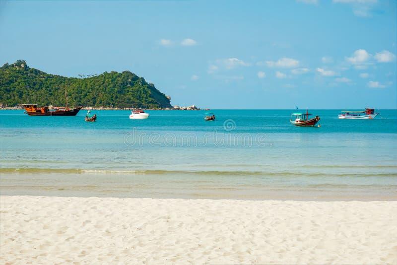 Barco em uma praia tropical da ilha, Tailândia Koh Phangan foto de stock