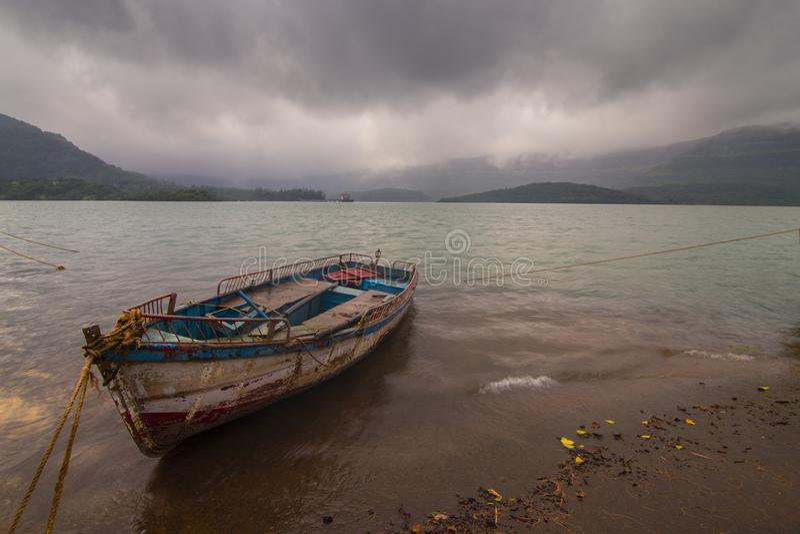 Barco en aguas traseras de la represa Koyna en Koyna nagar, Satara, Maharashtra, India fotografía de archivo libre de regalías