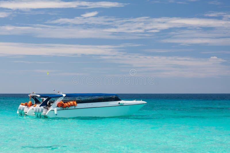 Download Barco en azul imagen de archivo. Imagen de barco, motorizado - 64206881