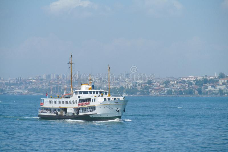 Barco en bahía de oro del cuerno de Estambul fotografía de archivo libre de regalías