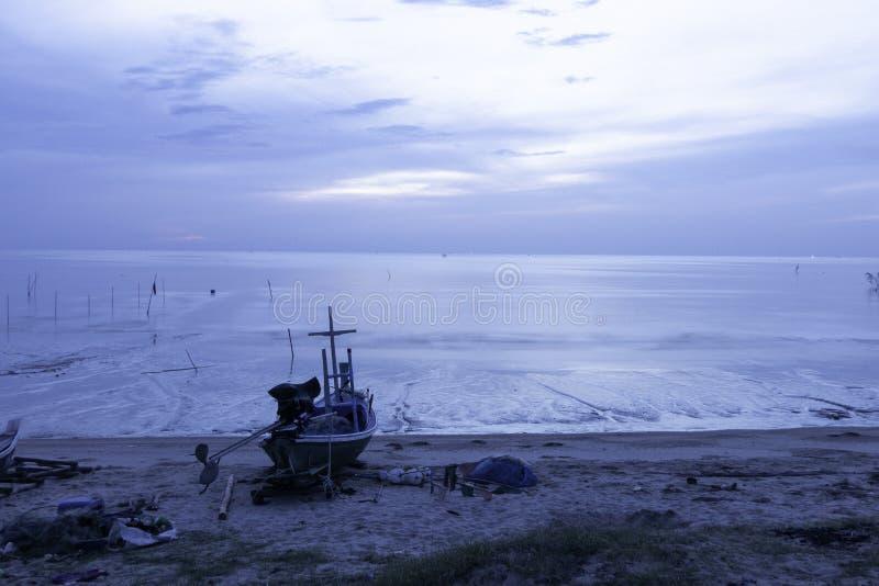 Barco en costa foto de archivo libre de regalías