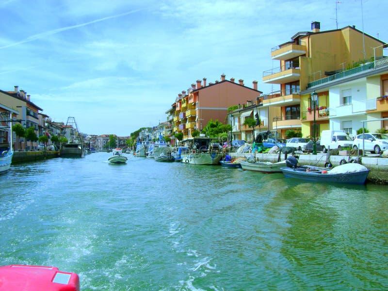 Barco en el agua imagen de archivo