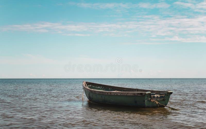 Barco en el agua foto de archivo