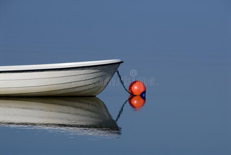 Barco en el agua azul tranquila foto de archivo