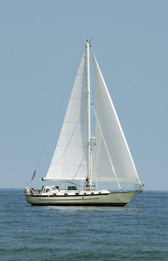 Barco en el agua - vertical imagenes de archivo