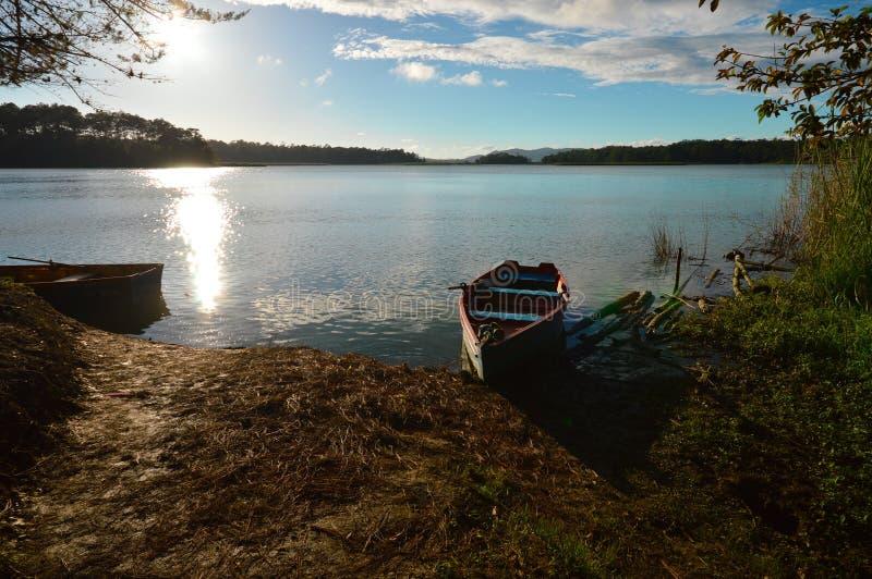 Barco en el Bosque Azul Lake en Chiapas fotografía de archivo