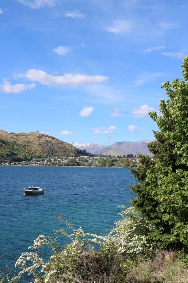 Barco en el brazo de Frankton del lago Wakatipu, Nueva Zelanda imagen de archivo