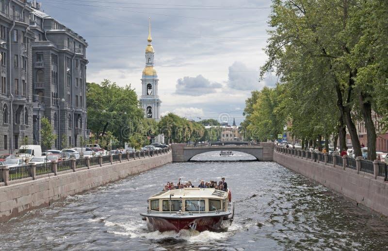 Barco en el canal. St Petersburg. Rusia foto de archivo
